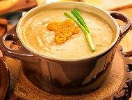 Рецепта Лучена крем супа с крем сирене и прясно мляко